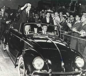 Legendární fotka prezidenta Juscelina Kubitscheka při slavnostní inauguraci závodu Volkswagen do Brasil