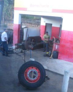 Měníme pneu v Brazílii