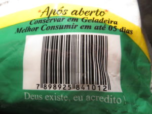 BŮH EXISTUJE, JÁ VĚŘÍM! Zatímco v EU platí velmi striktní pravidla, co lze a nelze uvést na obalu potravin (a okolí EAN kódu je citlivé i kvůli čtečkám), brazilský výrobce se nerozpakuje uvést i to, co je pro něj samotného ta nejdůležitější informace.